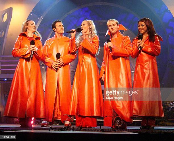 British pop stars Claire Richards Lee Latchford Evans Faye Tozer Ian 'H' Watkins and Lisa Scott Lee of the pop group 'Steps' perform on stage at the...