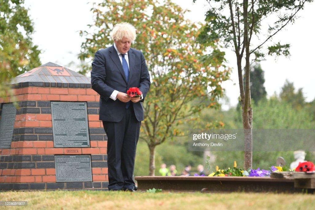 Boris Johnson Lays A Wreath To Commemorate The 75th Anniversary Of VJ Day : ニュース写真