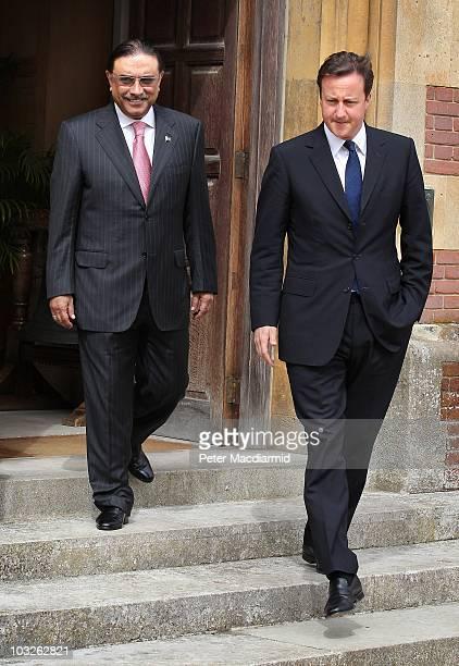 British Prime Minister David Cameron walks with Pakistan's President Asif Ali Zardari on August 6, 2010 at Chequers near Princes Risborough, England....