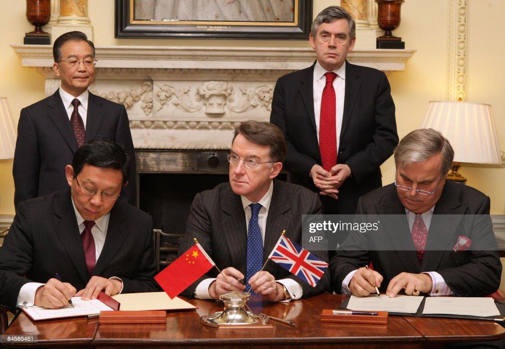 British Prime Minister Gordon Brown (bac : News Photo
