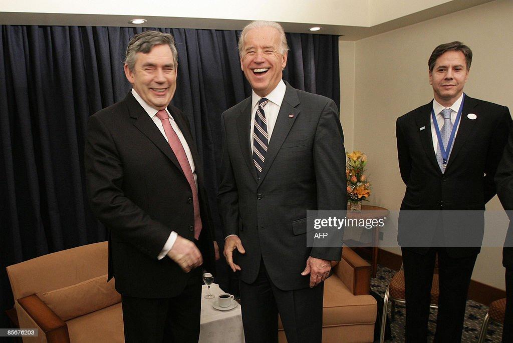 British Prime Minister Gordon Brown (L) : News Photo