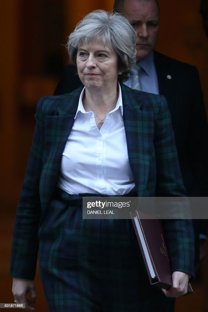 British Prime Minister Theresa May leaves 10 Downing Street in London on January 17, 2017. May chaired the weekly meeting of the Cabinet ahead of a major speech in which she is expected to say she favours a clean break from the European Union, dismissing a 'half-in, half-out' Brexit deal with Brussels. / AFP / Daniel LEAL