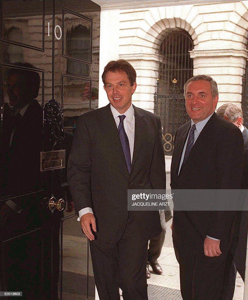 British Prime MInister Tony Blair (L), enters 10 D : News Photo