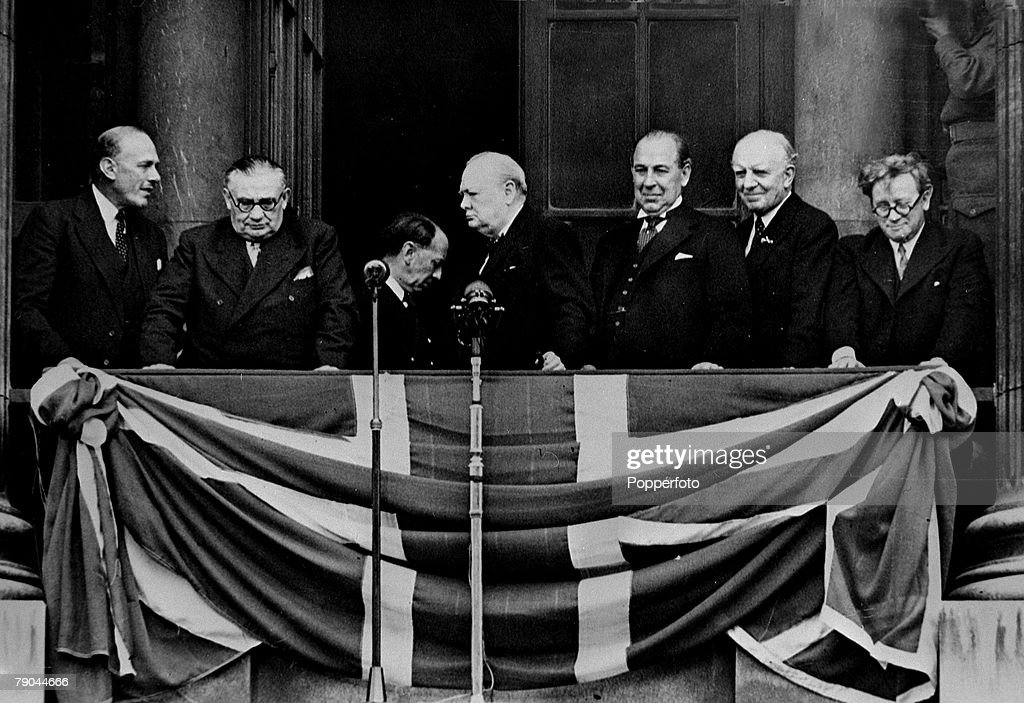 World War II. V.E.Day. London, England. 8th May 1945. The British Prime Minister Winston Churchill on the balcony of the Ministry of Health in Whitehall with some of his War Cabinet colleagues. Shown are L-R: Oliver Lyttlejohn, Ernest Bevin, Winston Churc : News Photo