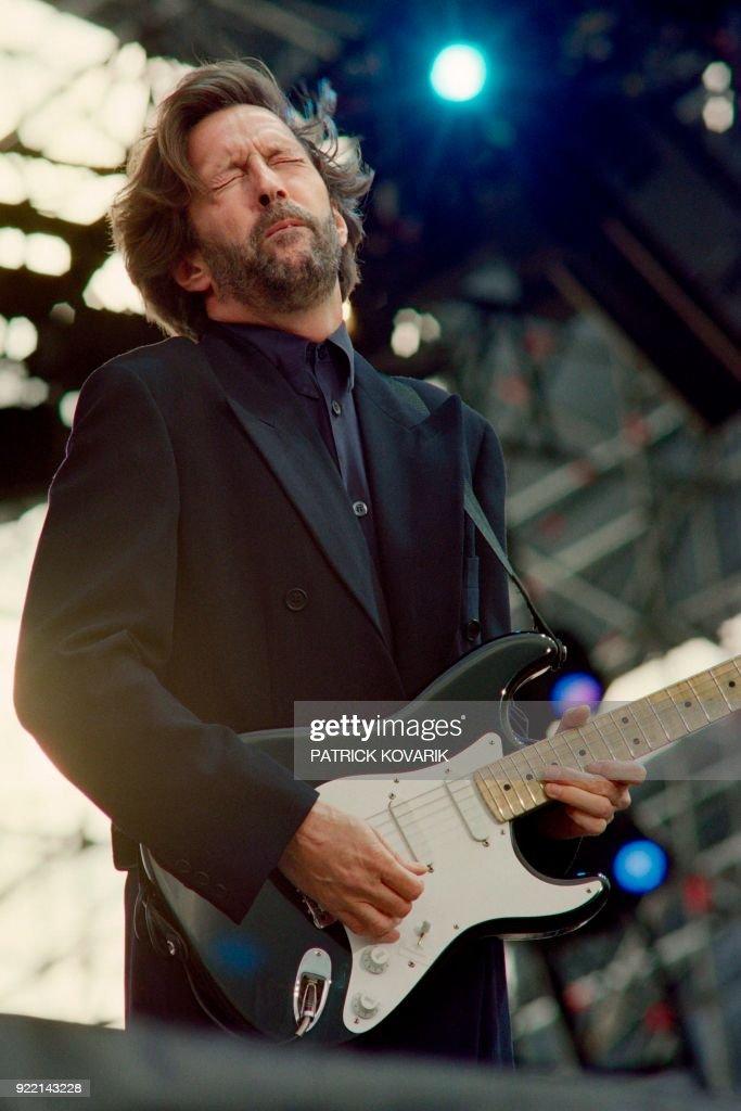 British rock star Eric Clapton performs on June 18, 1992 during a concert in Paris at Vincennes racetrack. / AFP PHOTO / Patrick KOVARIK