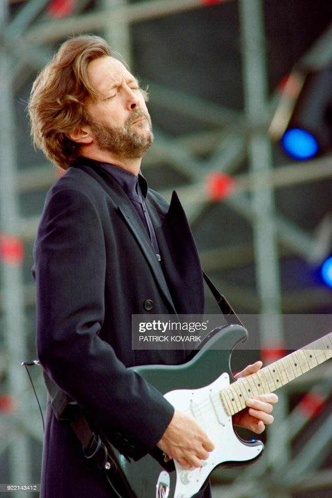 British rock star Eric Clapton performs on June 18, 1992 during a concert in Paris at Vincennes racetrack. / AFP PHOTO / Patrick KOVARIK