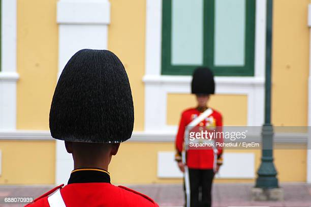 british royal guards standing against building - honor guard stock pictures, royalty-free photos & images