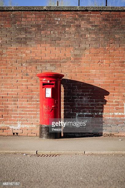 real británica postbox correo - theasis fotografías e imágenes de stock