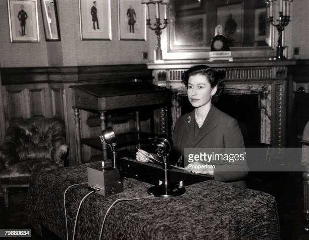 British Royalty, 25th December 1952, H,M,Queen Elizabeth II making her first Christmas broadcast from her Sandringham holiday residence