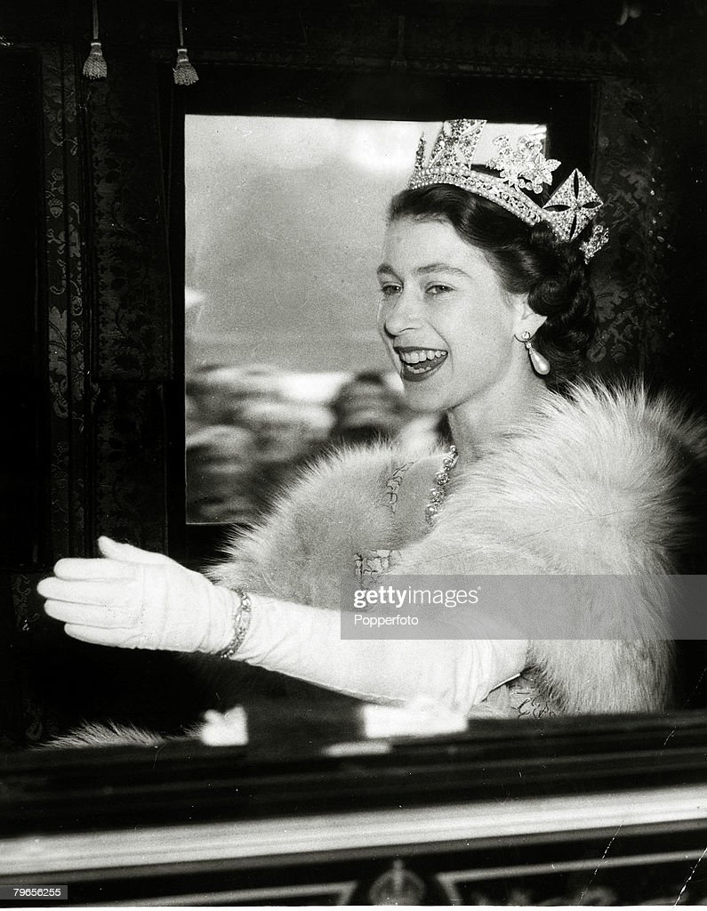 British Royalty, Parliament, pic: 4th November 1952, HM,Queen Elizabeth having left Buckingham Palace in the Irish State coach for Westminster for the State Opening of Parliament : News Photo