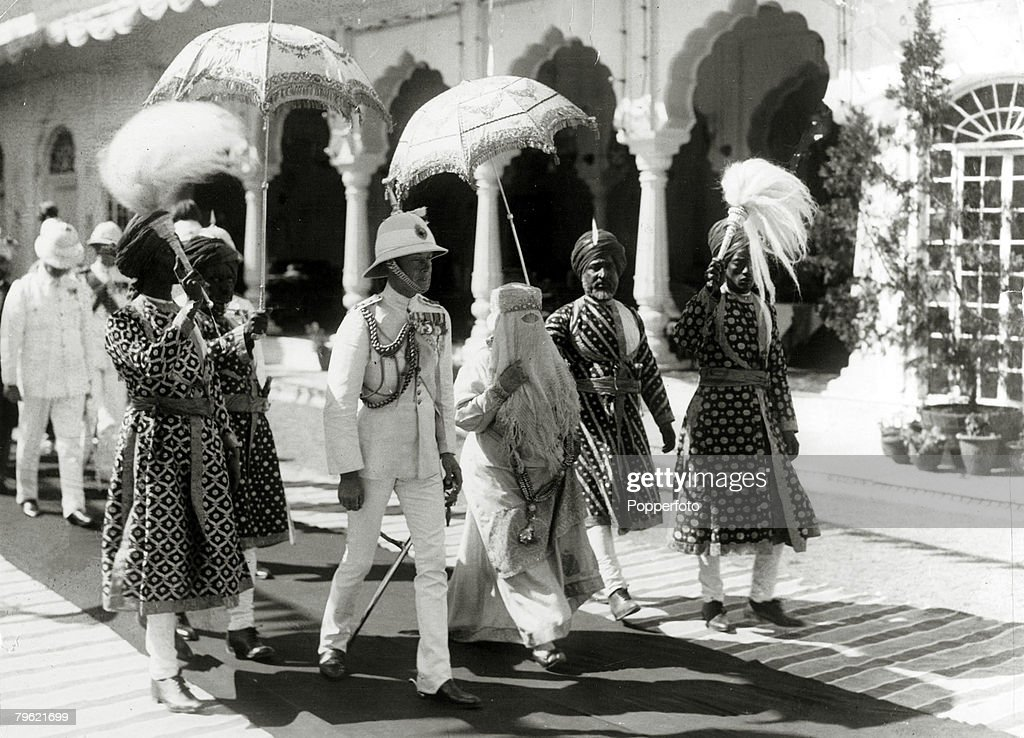 British Royalty. pic: 1922. HRH.Edward, Prince of Wales, left, pictured with the Begum of Bhopal walking to the Durbar Hall at the Sadar Manzil Palace while on his tour of India. The Prince of Wales (1894-1972) was to become King Edward VIII for a short w : News Photo