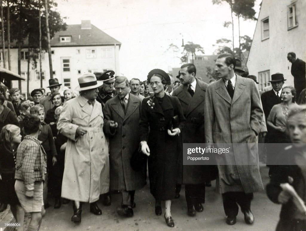 British Royalty, pic: 1937, The Duke and Duchess of Windsor, pictured in Berlin, Germany with left, the German Labour Front leader Dr,Ley, The Duke of Windsor (1894-1972) was to become King Edward VIII for a short while in 1936 but abdicated due to his ro : Nieuwsfoto's