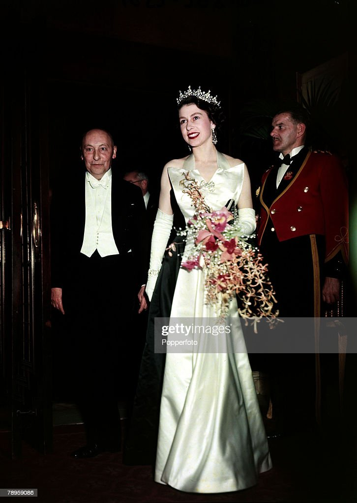 British Royalty. pic: 1952. Queen Elizabeth II pictured at a Royal film performance at Leicester Square, London. : Fotografia de notícias