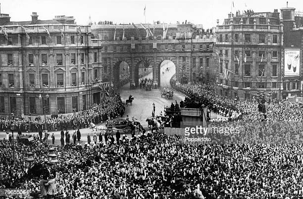 20th November 1947 Buckingham Palace London Princess Elizabeth in the Irish State Coach accompanied by her father HM King George VI passes huge...