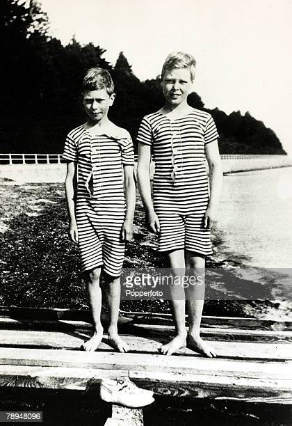 circa 1906 Prince Edward right with his brother Prince Albert pictured on a summer holiday on the beach at Osborne Bay Isle of Wight The Prince of...