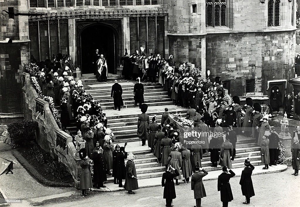 British Royalty. The Funeral of King George V. pic: 28th January 1936. The coffin being carried into St.George's Chapel, Windsor. : News Photo