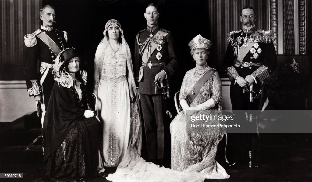British Royalty, 1923, The wedding of H,R,H,The Duke of York and Lady Elizabeth Bowes-Lyon, Group are, Earl and Countess of Strathmore, Duke and Duchess of York, H,M,King George of Great Britain and Queen Mary : Nieuwsfoto's