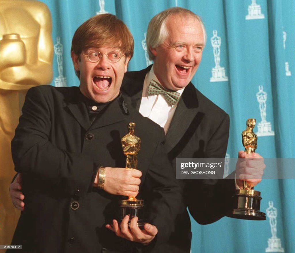 British singer and songwriter Elton John (L) poses : News Photo