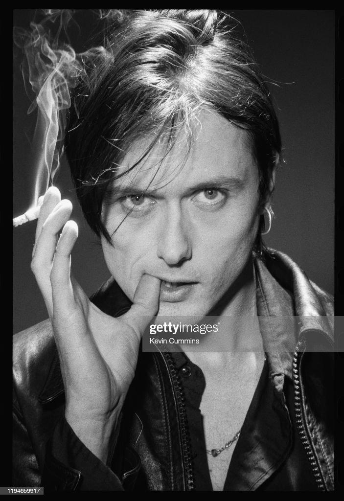 PARECIDOS RAZONABLES - Página 16 British-singer-brett-anderson-of-alternative-rock-band-suede-smoking-picture-id1194659917