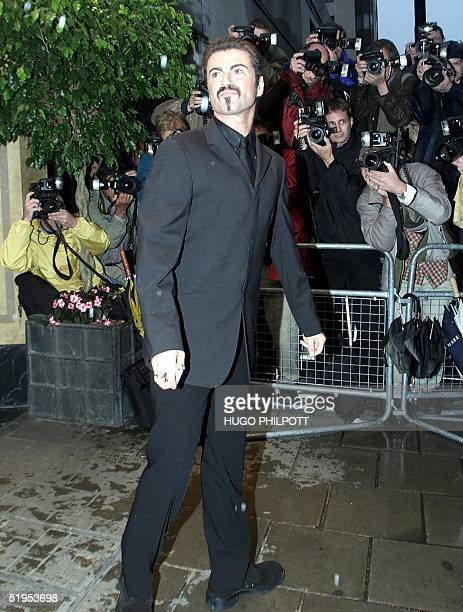 British singer George Michael arrives at the Dorchester hotel for the British Film Institute party for Dame Elizabeth Taylor London 24 May 2000 The...