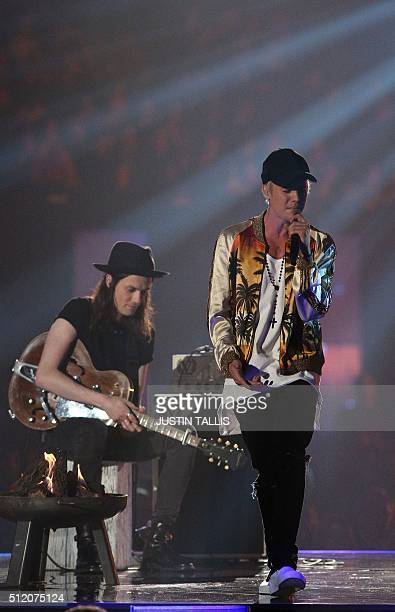 British singer James Bay and Canadian singer Justin Bieber perfom during the BRIT Awards 2016 in London on February 24, 2016. / AFP / JUSTIN TALLIS /...