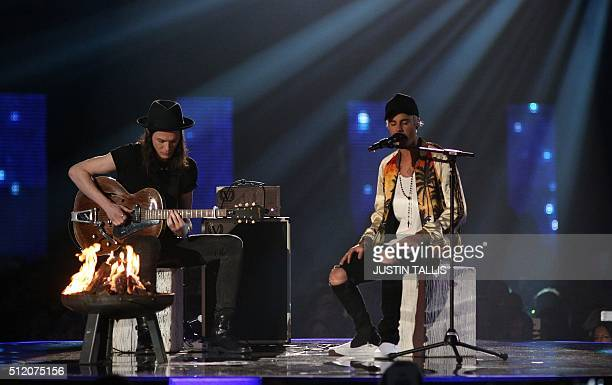British singer James Bay and Canadian singer Justin Bieber perfom during the BRIT Awards 2016 in London on February 24 2016 / AFP / JUSTIN TALLIS /...
