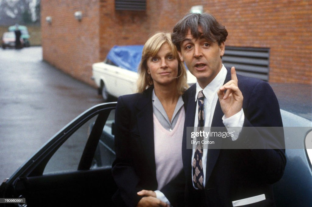 Paul And Linda McCartney Leave Court : Photo d'actualité