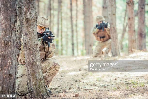 soldados britânicos em uma emboscada - exército britânico - fotografias e filmes do acervo
