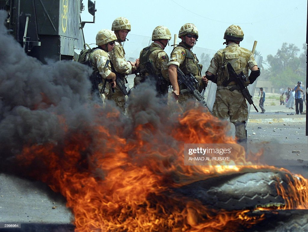 British soldiers stand by burning tires  : News Photo