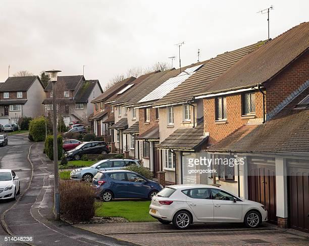 britannique la banlieue de maisons mitoyennes avec stationnement des voitures - groupe moyen d'objets photos et images de collection