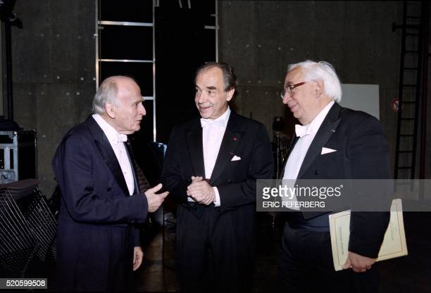 British violonist Yehudi Menuhin chats on November 17, 1997 with pianists Paul Badura-Skoda and Daniel Wayenberg prior a gala concert at the...