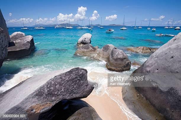british virgin islands, virgin gorda, the baths, boats moored in bay - islas de virgin gorda fotografías e imágenes de stock