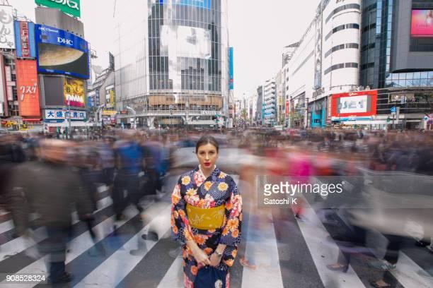 britse vrouw in kimono staande in drukke shibuya kruising - tijdopname stockfoto's en -beelden