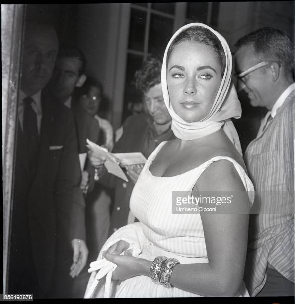 BritishAmerican actress Elizabeth Taylor at the Excelsior Hotel Rome 1960 She is with the American singer Eddie Fisher