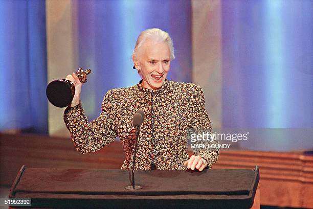 Britishborn actress Jessica Tandy acknowledges the applause 26 March 1990 after receiving the Oscar for best actress for her role in Driving Miss...