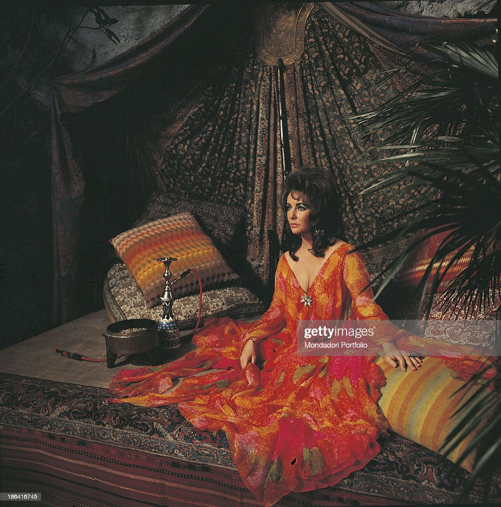 Elizabeth Taylor among oriental cushions and carpets : News Photo