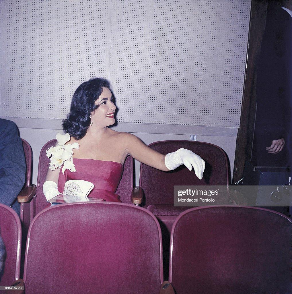 Elizabeth Taylor smiling in evening dress : Nachrichtenfoto