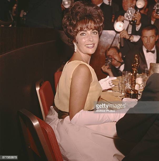 Britishborn American actress Elizabeth Taylor with her Oscar for Best Actress in 'Butterfield 8' at the 33rd Academy Awards Santa Monica California...
