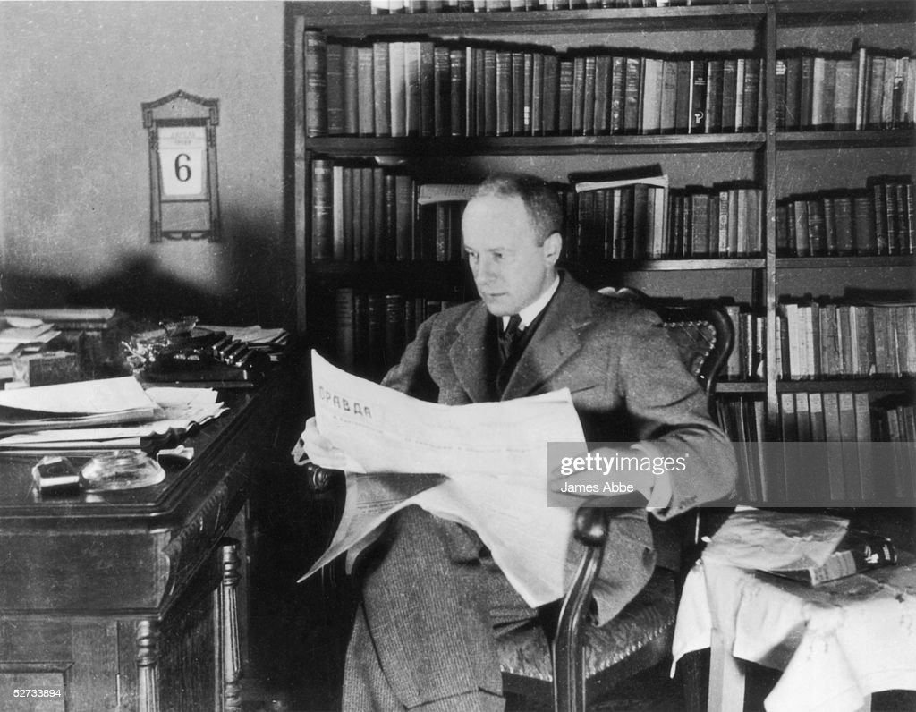 British-born journalist Walter Duranty (1884 - 1957), the Moscow correspondent for the New York Times, reading a copy of 'Pravda', circa 1925.