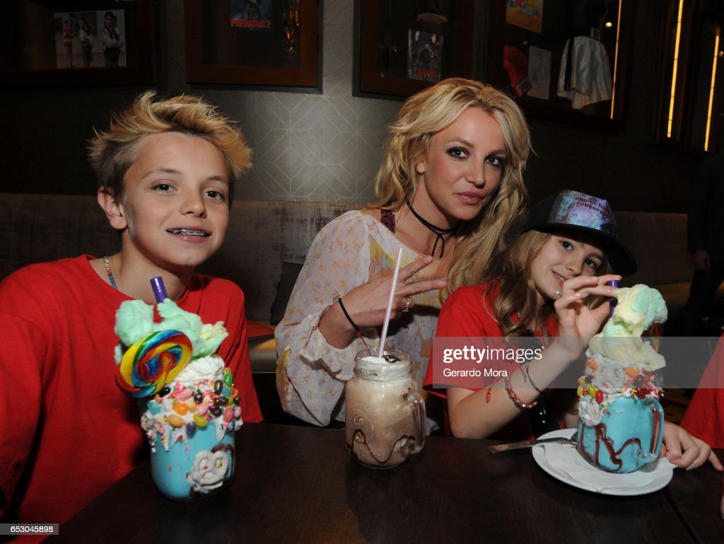Britney Spears Enjoys A Family Outing At Planet Hollywood Disney Springs : ニュース写真