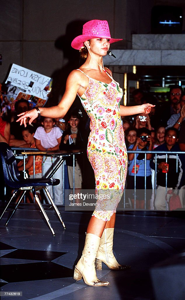 "Britney Spears Performs on ""The Today Show"" - June 30, 2000 : News Photo"