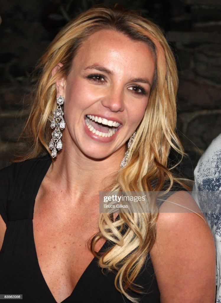 britney-spears-poses-backstage-at-the-hi