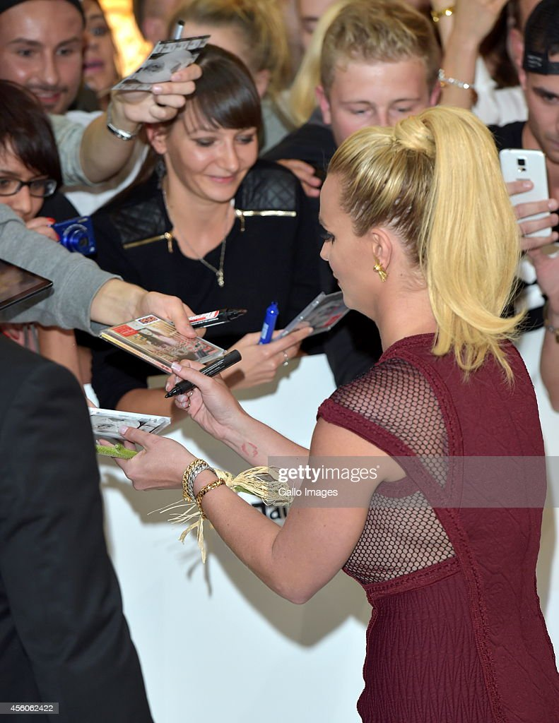 britney-spears-signing-autographs-during