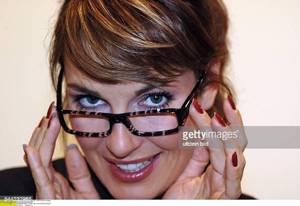 Britt Reinecke Moderatorin D mit einem Brillengestell von Alain Mikli beim Hamburger Optiker Carl