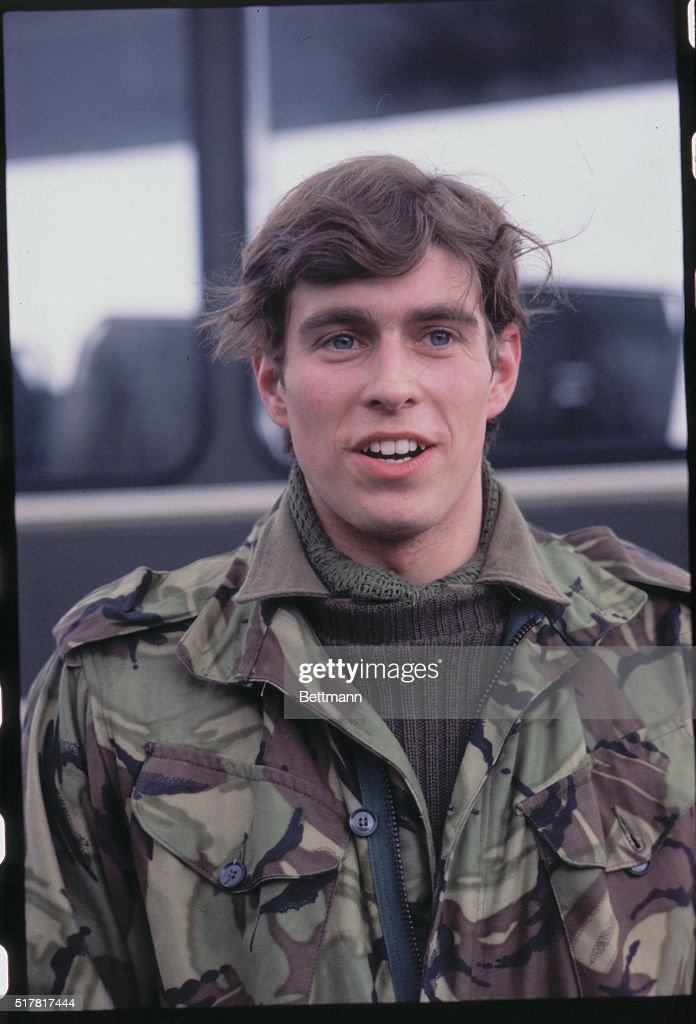 Prince Andrew Smiling in Military Uniform : Fotografía de noticias