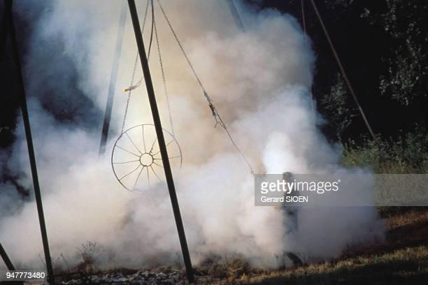 Brûlage du lavandin dans une distillerie de lavande dans les AlpesdeHauteProvence France