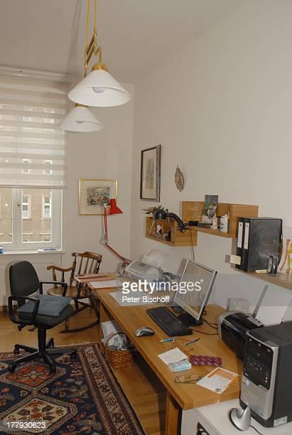 Büro Arbeitszimmer von Gunnar Möller Ehefrau Christiane Hammacher Homestory Berlin Deutschland Europa Ehemann PC Computer Drucker SchreibTisch...