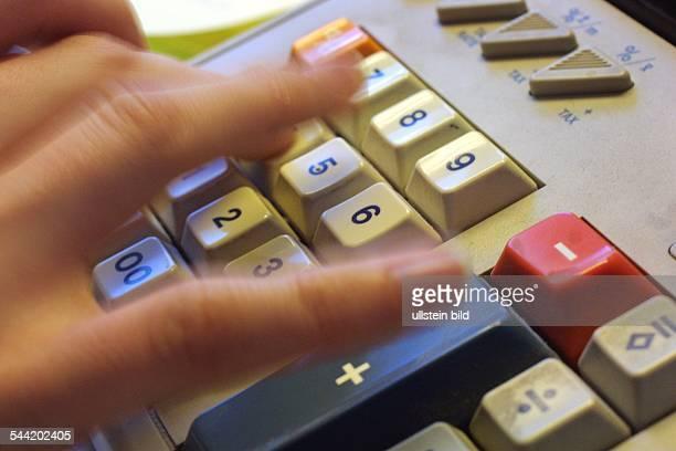 Büro Steuern Steuerberechnung Kosten Preise Kostenaufstellung Kalkulation Rechnen mit einer Rechenmaschiene