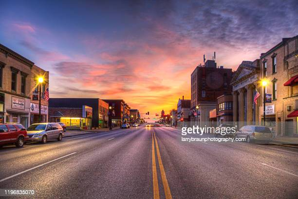 broadway at dusk, hannibal mo - stadtzentrum stock-fotos und bilder