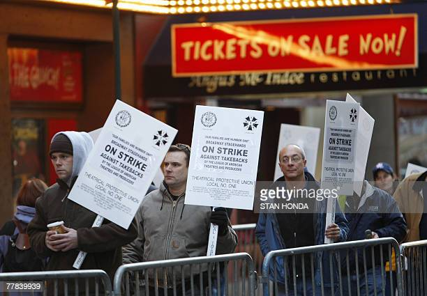 Broadway stagehands walk a picket line in front of How The Grinch Stole Christmas at the Broadhurst Theater 10 November 2007 in New York as most...